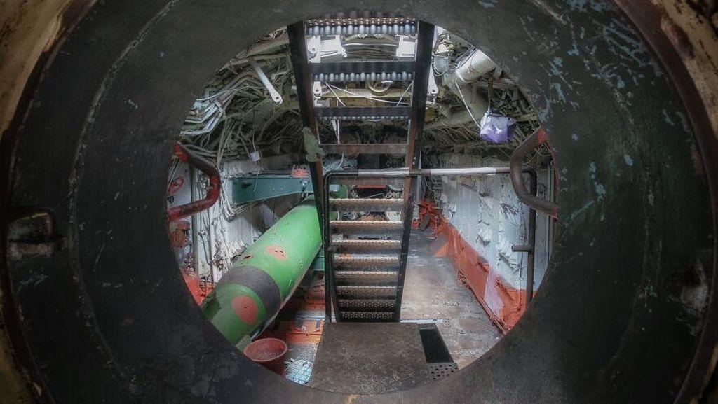 Mengintip Jeroan Kapal Selam Era Soviet yang Terbengkalai