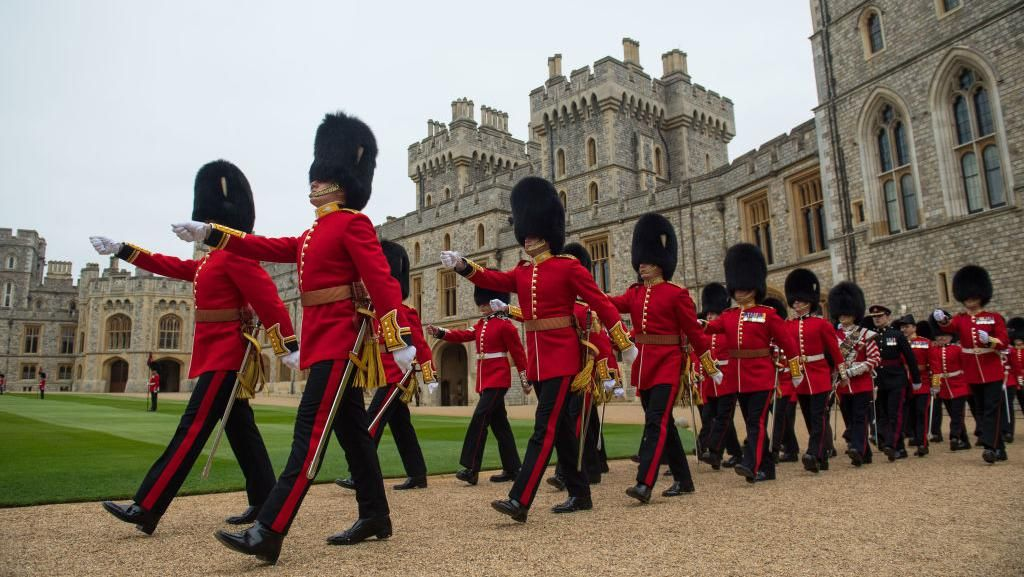 Kenapa Topi Tentara Inggris Penjaga Ratu Elizabeth Panjang? Ini Alasannya
