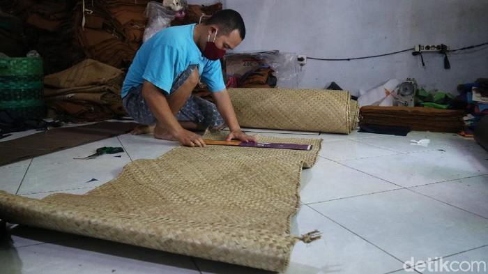Peci berbahan daun pandan buatan Kudus, Jawa Tengah, ini sukses menembus pasar Mesir hingga Italia. Yuk, intip proses pembuatannya.