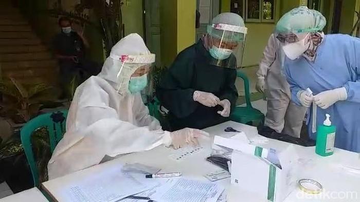Pelaksanaan tes swab di MAN 1 Pati, Kamis (22/4/2021).