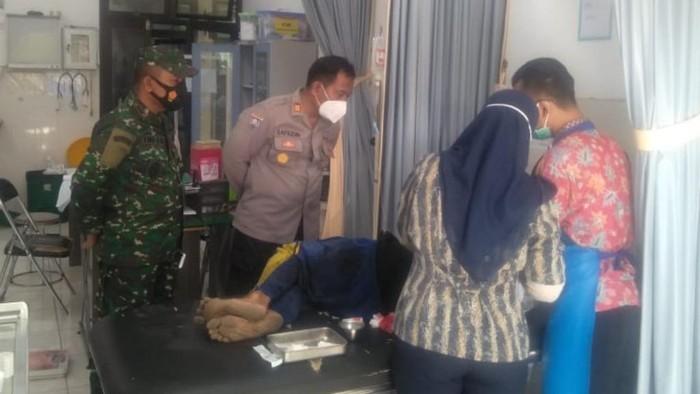 Buruh tani di Pasuruan membacok dua temannya saat bekerja memanen padi. Pelaku kalap karena sering di-bully korban.