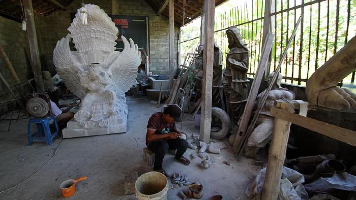 Perajin membuat Patung Wahyu Kencana di rumahnya Tempel, Sukoharjo, Jawa Tengah, Kamis (22/4).