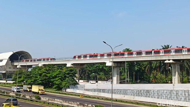 Konstruksi LRT Jabodebek lintasan Cibubur-Cawang terlihat semakin siap untuk dilintasi si ular besi. Berikut foto-foto terkininya.