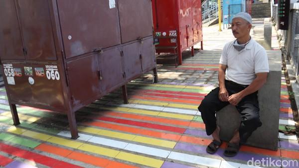Salah satu pedagang Supandi (52) mengatakan sejak awal pandemi COVID-19, sebetulnya pedagang di Teras Cihampelas bertahan. Tapi, saat pemerintah menerapkan Pembatasan Sosial Berskala Besar (PSBB) kios-kios pedagang di Teras Cihampelas pun terpaksa tutup.