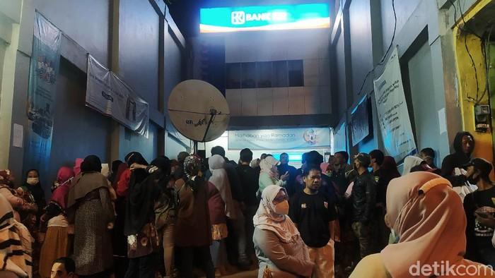 Sejumlah warga di Pandeglang harus mengantre sejak tengah malam demi bisa mencairkan uang bantuan produktif usaha mikro (BPUM) atau BLT UMKM Rp 1,2 juta. Mereka datang ke kantor BRI untuk bisa mendapatkan nomor antrean.