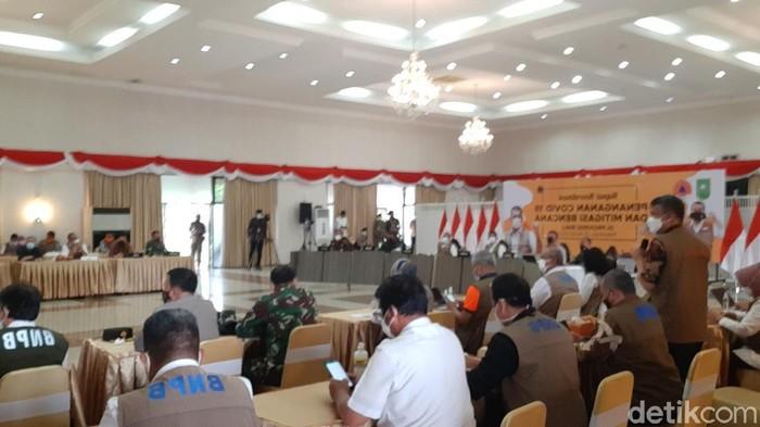Rapat bersama tim Satgas COVID-19 Riau bersama Satgas COVID-19 Pusat dan Kemenkes (Raja Adil/detikcom)