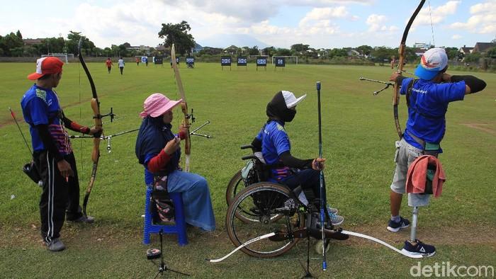 Sejumlah atlet panahan difabel berlatih di lapangan panahan kota Yogyakarta, Kamis (22/4/2021).