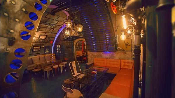6th-Sense Interiors datang membawa ide membangun sebuah bar dengan tema desain kapal selam sesuai dengan impian salah satu klien mereka.
