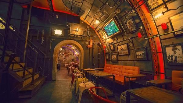 Suasana Bar Steampunk Submarine yang memiliki desain interior kapal selam di Rumania.