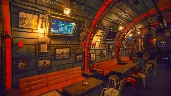 Bar dirancang dengan gaya industri steampunk.