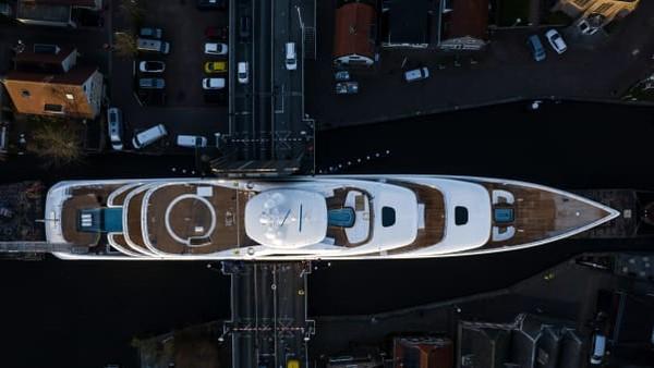 Pergerakan superyacht Project 817 menyebabkan gangguan serius di darat dan air. Kata Oossanen, kadang dibutuhkan hingga satu jam untuk melewati jembatan dan pasti membuat kemacetan di mana-mana.