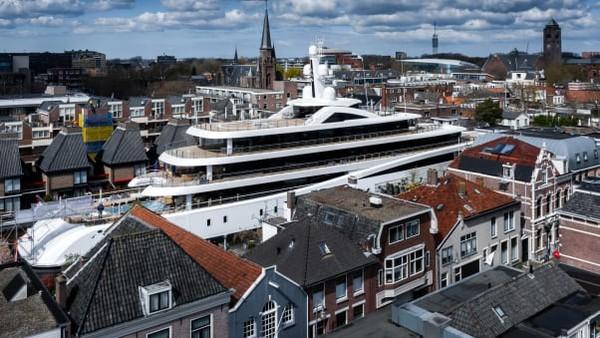 Superyacht ini diangkut dari fasilitas Pulau Kaag ke Laut Utara di Rotterdam pada minggu lalu. Oossanen merekam serangkaian gambar yang menakjubkan.