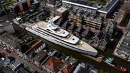Menakjubkan! Kala Superyacht 94 Meter Susuri Kanal Sempit Belanda