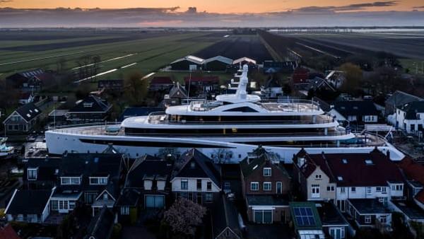 Fotografer Tom van Oossanen terbilang beruntung karena ada di lokasi untuk menangkap pemandangan yang menakjubkan ini. Tidak setiap hari superyacht raksasa berkelok-kelok melalui kanal-kanal sempit di Belanda.