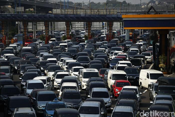 Macet panjang terjadi di ruas tol Jakarta-Bogor-Ciawi, Kamis (22/4/2021). Arus lalu lintas di ruas tol itu macet di tengah rencana kenaikan tarif tahun ini.