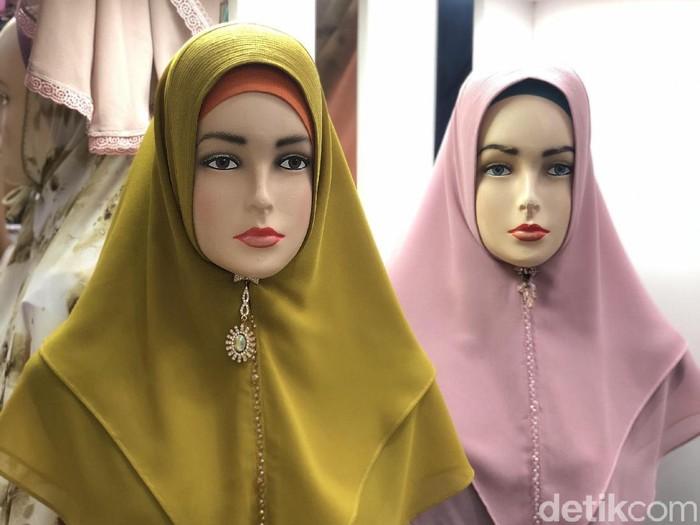 Tren khimar ceko di toko Hanni Collection, Blok A, Thamrin City dengan beragam pilihan warna.
