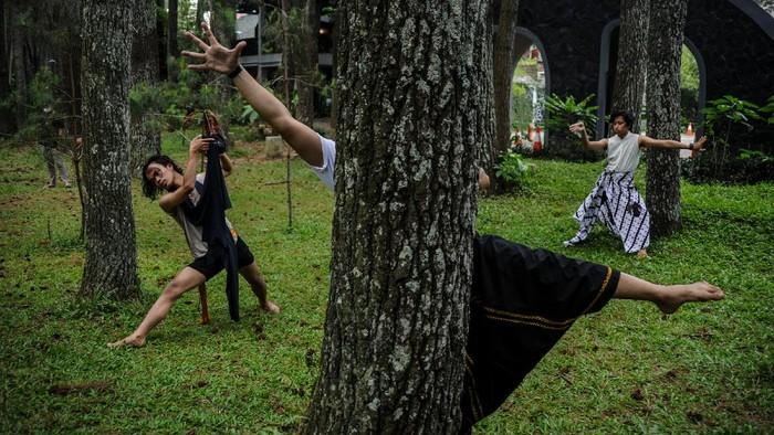 Sejumlah penari menampilkan tarian teatrikal tentang alam pada peringatan Hari Bumi di Taman Hutan Raya Juanda, Kabupaten Bandung, Jawa Barat, Kamis (22/4/2021). Tujuh orang penari yang berasal dari sanggar tari Bongkeng Art Space membawakan tarian alam selama tujuh jam tanpa henti untuk memperingati Hari Bumi. ANTARA FOTO/Raisan Al Farisi/wsj.