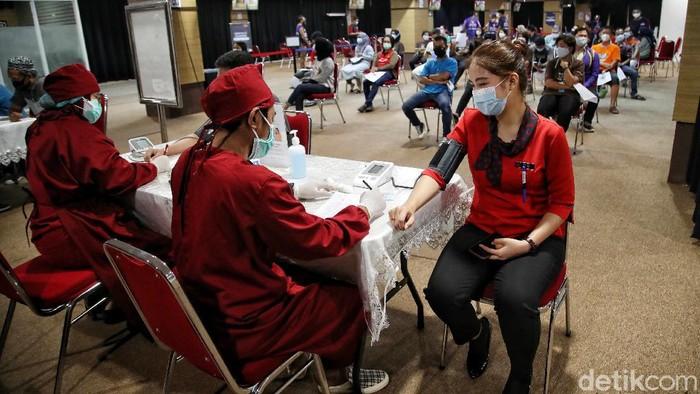 Ratusan pelaku usaha dan pegawai mall menjalani vaksin COVID-19 dosis pertama di kawasan Mal Artha Gading, Jakarta Utara, Kamis (22/4).