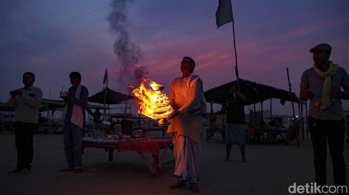 Umat Hindu di India menggelar festival Ramnavami untuk merayakan kelahiran Sang Rama. Festival berlangsung di tengah mengganasnya COVID-19 di India.