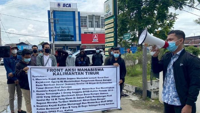 Mahasiswa yang tergabung dalam Front Aksi Mahasiswa (FAM) Kaltim, menggelar aksi di depan Kejati Kaltim menuntut penyelesaian kasus mangkrak bansos pendidikan Rp 18 M.