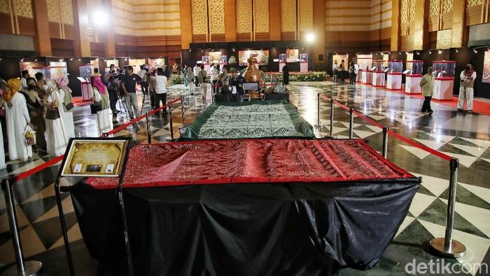 Festival Artefak Peninggalan Nabi Muhammad SAW dan sahabatnya digelar di Jakarta Islami Center, Jakarta Utara, Jumat (23/4). pamwran ini menyedot perhatian pengunjung.