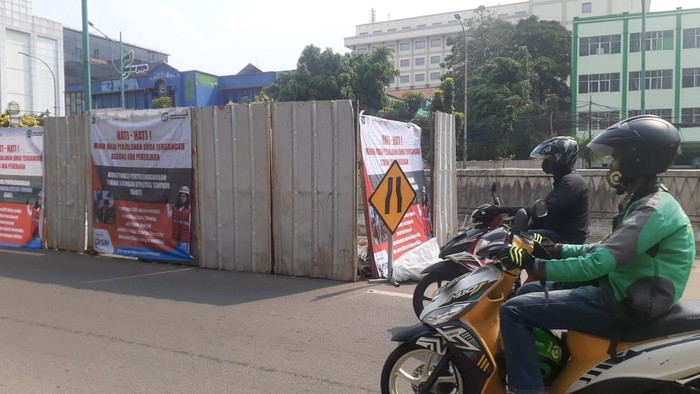Galian SJUT atau manhole kabel di Jl Mampang Prapatan Raya di dekat underpass.