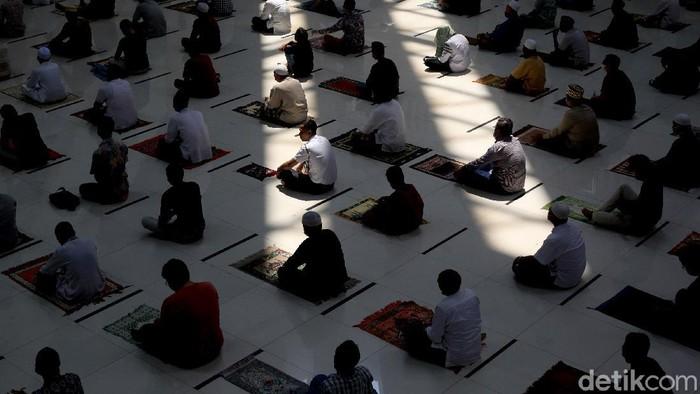 Masjid Hasyim Asyari di Jakarta Barat gelar salat Jumat di bulan Ramadhan. Guna cegah Corona, protokol kesehatan pun diterapkan dengan ketat di masjid itu.