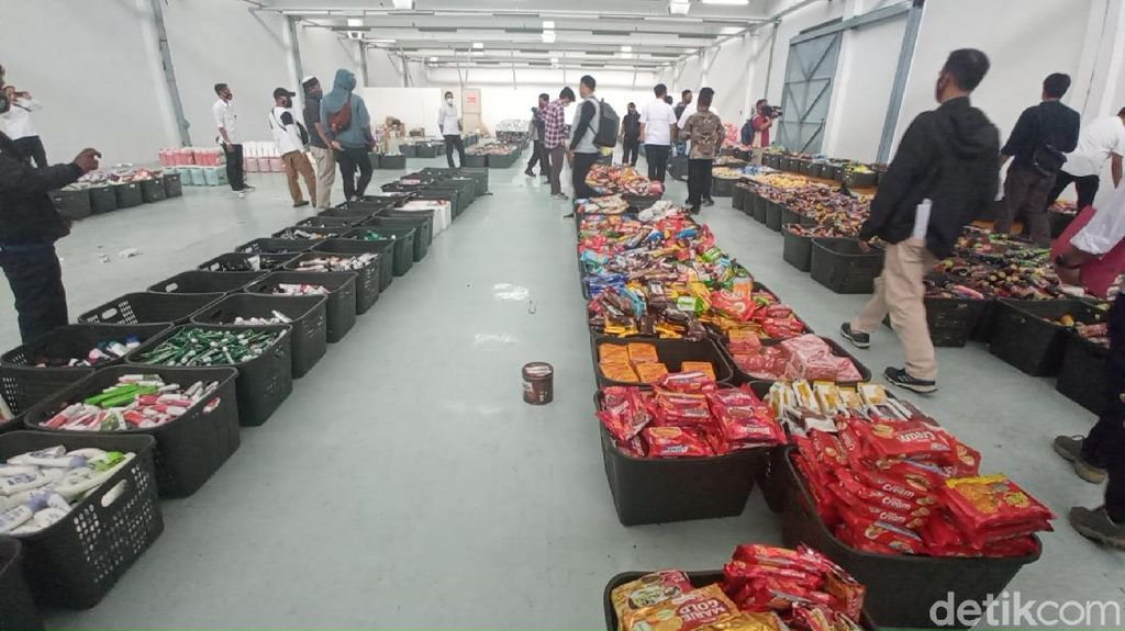Polda Jabar Bongkar Gudang Penjualan Produk Minimarket Bekas Kebanjiran