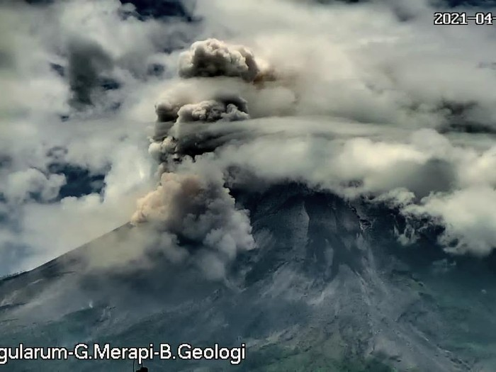 Gunung Merapi erupsi memuntahkan awan panas sejauh 2 km, Jumat (23/4/2021).