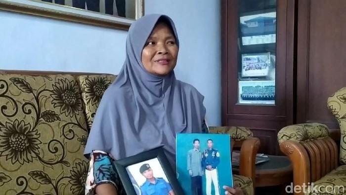 Ibu Mayor Laut Eko Firmanto, Rosita, yakin putra sulungnya dan kru kapal selam KRI Nanggala-402  selamat