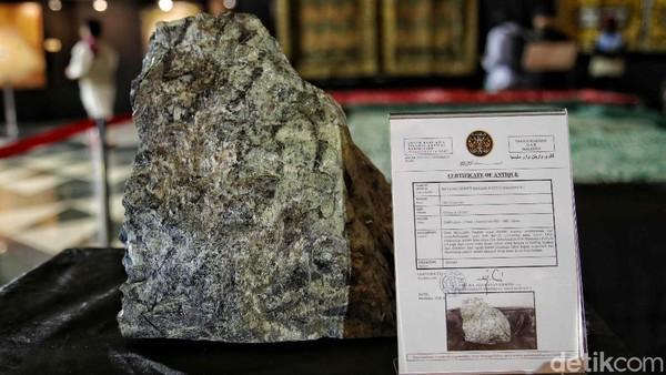 Selain itu yang menarik perhatian adalah berbagai jenis bebatuan yang dibawa oleh burung saat perang terjadi. Ini adalah salah satu batu meteorid.