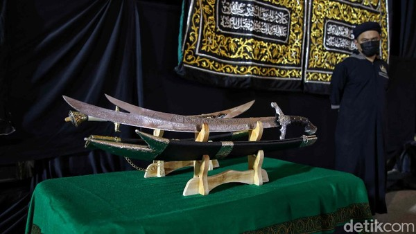 Salah satu yang cukup menarik perhatian adalah bentuk corak pedangRasul yang memiliki dua mata pisau diujungnya dan berukiran tulisan Arab.