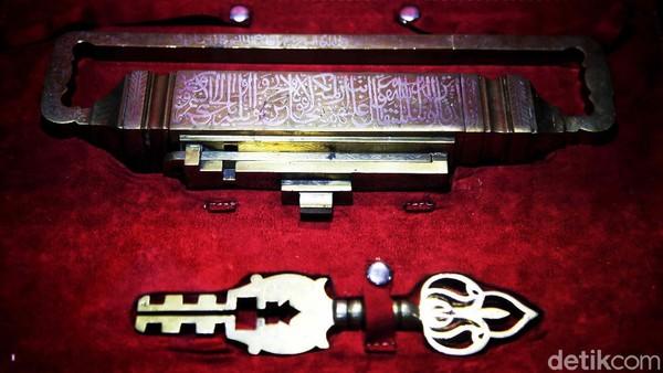 Selain itu terdapat replika kunci makam Baginda Rasulullah di dalam pameran tersebut.