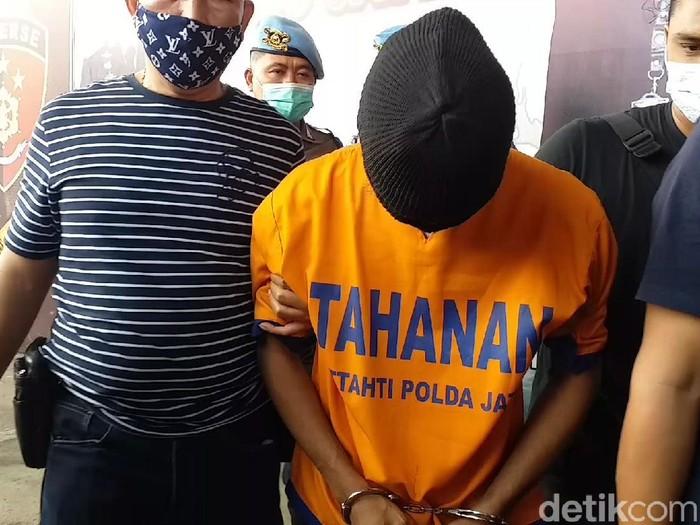 Densus 88 menangkap terduga jaringan penjual senpi ilegal di Malang pada Rabu (21/4). Apakah pria berinisial AB alias AR (23) itu terkait aksi terorisme?