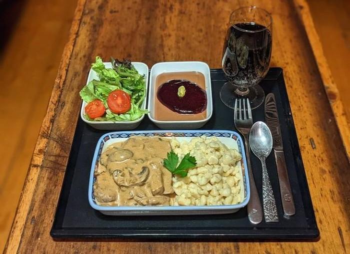 Saking Kangennya Naik Pesawat, Pria ini Masak Makanan Pesawat di Rumah
