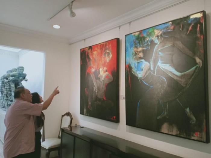 General Manager 33 Auction Karyadi sedang memperlihatkan beberapa karya maestro seni yang akan dilelang pada 24-25 April mendatang di ballroom Hotel Shangri-La, Jakarta.
