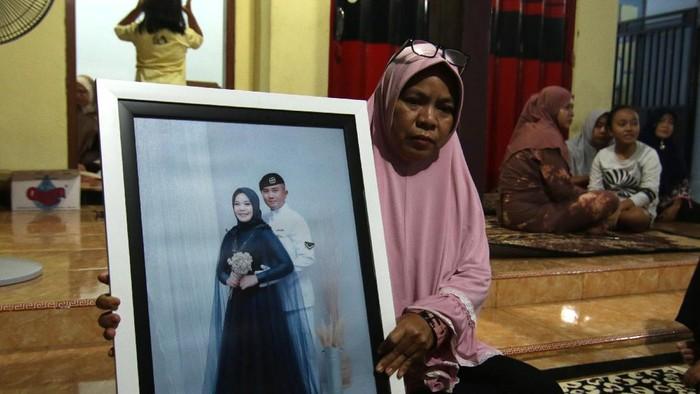 Yayak Dwi Ernawati (46) ibu mertua dari  Serda Pandu Yudha Kusuma awak KRI Nanggala 402 mengusap air mata di rumahnya di Ketapang, Banyuwangi, Jawa Timur, Kamis (22/4/2021). Keluarga awak KRI  Nanggala 402 yang hilang kontak saat menggelar latihan penembakan rudal di laut utara Bali pada Rabu (21/4) itu berkumpul menggelar doa bersama agar pencarian tim SAR diberikan kemudahan. ANTARA FOTO/Budi Candra Setya/aww.