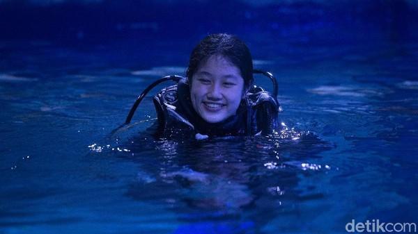 Memiliki latar belakang pendidikan di bidang Pariwisata, Evelyn jatuh cinta dengan wisata bahari.Evelyn mengawali kariernya di JAQS pada April 2019 sebagai staf magang dan setelah empat bulan, Evelyn resmi menjadi Aquarist di JAQS.