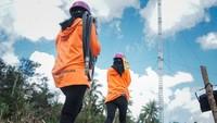 Kiprah Dua Srikandi PLN Ikut Bangun Tower Listrik Darurat di NTT