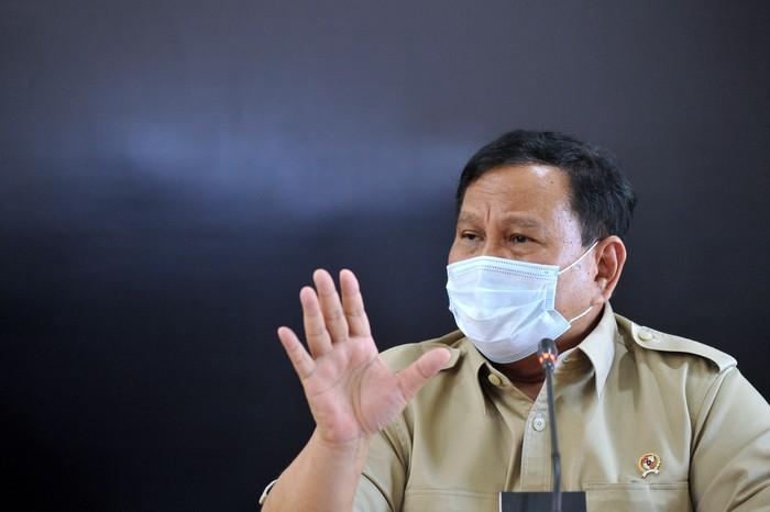 Menteri Pertahanan Prabowo Subianto memberikan keterangan terkait KRI Nanggala 402 yang mengalami hilang kontak saat konferensi pers di Lanud I Gusti Ngurah Rai, Badung, Bali, Kamis (22/4/2021). Hingga Kamis (22/4) siang, upaya pencarian masih terus dilakukan untuk menemukan kapal selam yang hilang kontak saat melaksanakan latihan penembakan torpedo di perairan utara Bali sejak Rabu (21/4) lalu. ANTARA FOTO/Fikri Yusuf/aww.