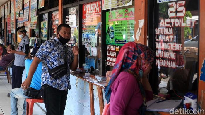 Pemerintah memperpanjang aturan larangan mudik dimulai dari 22 April - 24 Mei 2021. Begini kondisi di Terminal Kalideres, Jakarta Barat, Jumat (23/4/2021).