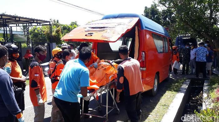 Mayat wanita tertutup tikar ditemukan dalam kebun tebu di Malang. Mayat tersebut sudah dalam kondisi membusuk.