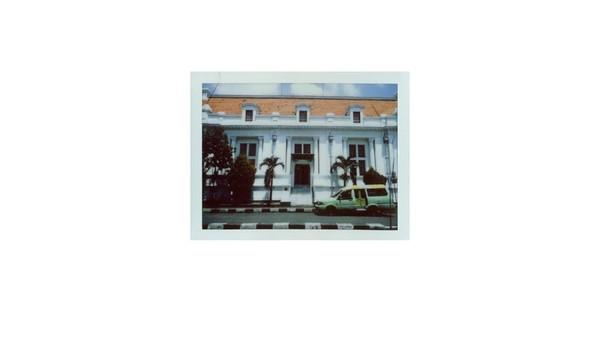 Penampakan tampak depan Gedung De Javasche Bank yang berada di Jalan Garuda No.1, Krembangan Sel, Surabaya. Sebelum dialihfungsi menjadi museum, bangunan yang mengusung gaya arsitektur konservatif neo renaissance ini difungsikan sebagai cabang De Javasche Bank Jakarta pada tahun 1829. Seiring dengan upaya nasionalisasi perusahaan Belanda pascakemerdekaan Indonesia, De Javasche Bank pun kemudian dinasionalisasi menjadi Bank Indonesia pada tahun 1953.
