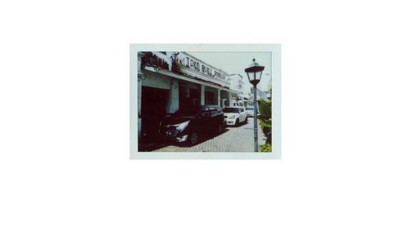 Dibangun sejak pertengahan tahun 1800-an, Toko Buku Peneleh menjadi salah satu toko buku tertua di Surabaya. Toko buku yang diketahui milik keluarga Abdul Latief Zein itu pun menjadi tempat kesukaan Presiden Soekarno saat belia dan masih menuntut ilmu di Kota Pahlawan. Di sana, Soekarno belajar mengenai nasionalisme dan pergerakan Islam yang kemudian menjadi bekal dirinya dalam memperjuangkan kemerdekaan Indonesia.