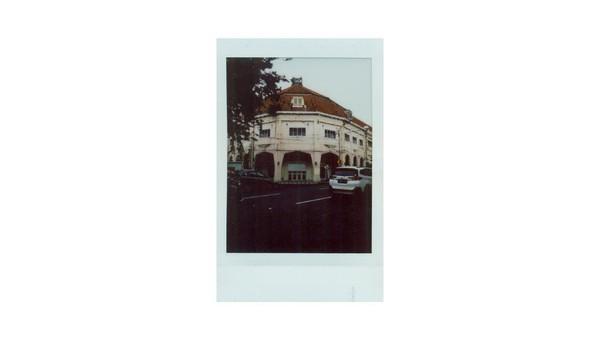 Penampakan salah satu bangunan lawas yang ada di kawasan Tunjungan, Surabaya. Kawasan Tunjungan dikenal sebagai kawasan bisnis elite di masa kolonial Belanda. Ada beragam toko, kantor, dan hotel berdiri di sepanjang jalan kawasan itu dari zaman Belanda hingga saat ini. Di masa kolonial Belanda ada sejumlah toko, kantor, hingga hotel terkenal yang beroperasi di kawasan Tunjungan, di antaranya Hotel Oranje yang kini menjadi Hotel Majapahit Surabaya, Gedung Siola yang dahulu menjadi pusat grosir terlengkap di bawah merek dagang grosir Whiteaway Laidlaw and Co. dan kini menjadi Museum Surabaya, serta bangunan bersejarah yang terkenal dengan sebutan Monumen Pers Perjuangan Surabaya yang diketahui menjadi saksi perjuangan para jurnalis dalam menyebarluaskan informasi mengenai kemerdekaan Indonesia.