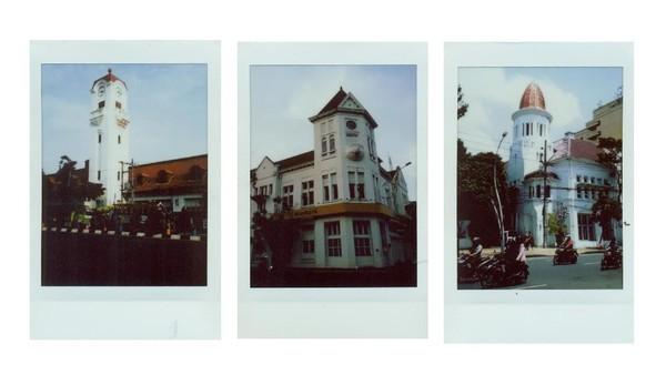 Penampakan sejumlah bangunan lawas dan bersejarah di Kota Surabaya, di antaranya Gedung Bank Mandiri Surabaya yang dibangun sekitar tahun 1913 dan dulunya bernama Gedung Lindeteves. Di masa kependudukan Jepang, bangunan ini diketahui sempat dijadikan gudang peralatan perang Jepang. Selain Gedung Bank Mandiri, ada pula gedung lawas lain yang kini dialihfungsikan menjadi kantor bank yakni gedung Netherlands Spaarbank yang memiliki arti bahasa Indonesia Bank Tabungan Manfaat Umum. Dibangun pada tahun 1914 gedung Netherlands Spaarbank pun termasuk sebagai salah satu bangunan cagar budaya di Kota Pahlawan. Terakhir yang tak kalah populer adalah Gedung Cerutu. Gedung yang dibangun pada tahun 1916 ini merupakan kantor perusahaan gula. Gaya arsitekturnya yang unik terlebih di bagian menara di atas gedung yang berbentuk seperti cerutu berwarna merah membuat bangunan itu terkenal dengan sebutan Gedung Cerutu.