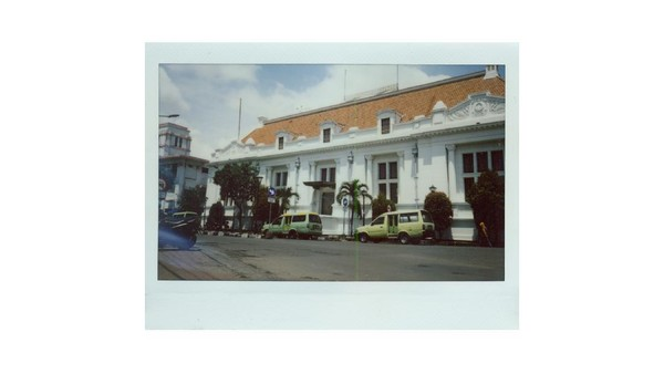 Surabaya terkenal dengan beragam bangunan lawas dan bersejarah yang masih bisa ditemukan keberadaannya hingga saat ini. Salah satunya adalah Gedung De Javasche Bank. Bangunan yang berdiri sejak tahun 1829 itu pernah dialihfungsikan menjadi Bank Indonesia pada tahun 1953 silam. Bangunan itu pun kini menjadi salah satu bangunan cagar budaya yang ada di Surabaya.