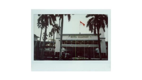 Penampakan Hotel Majapahit Surabaya, salah satu bangunan bersejarah paling populer di Kota Surabaya. Hotel yang berada di kawasan Tunjungan ini dikenal memiliki beragam nama. Pada zaman kolonial hotel ini bernama Hotel Oranje, kemudian di masa kependudukan Jepang nama hotel ini diubah menjadi Hotel Yamato. Setelah Indonesia merdeka Hotel Yamato berganti nama menjadi Hotel Majapahit Surabaya.