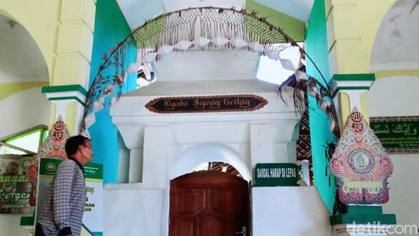 Ki Ageng Gribig semasa hidupnya sempat naik haji ke Mekah, dan sepulang dari Mekah membawa oleh-oleh berupa kue dari Arab Saudi yang kemudian dibagikan kepada murid-muridnya.