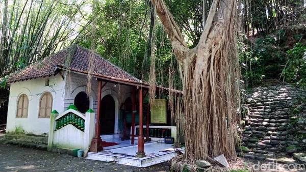 Jejak peninggalan sejarahnya berupa Masjid Alit, makam, Masjid Agung, gua dan lainnya masih bisa ditemukan dan dikunjungi sampai sekarang.